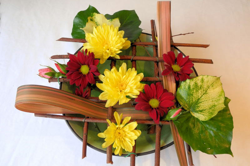 A Design for a Low Bowl Using Grid Mechanics. One of our Step-by-step flower arranging guides.